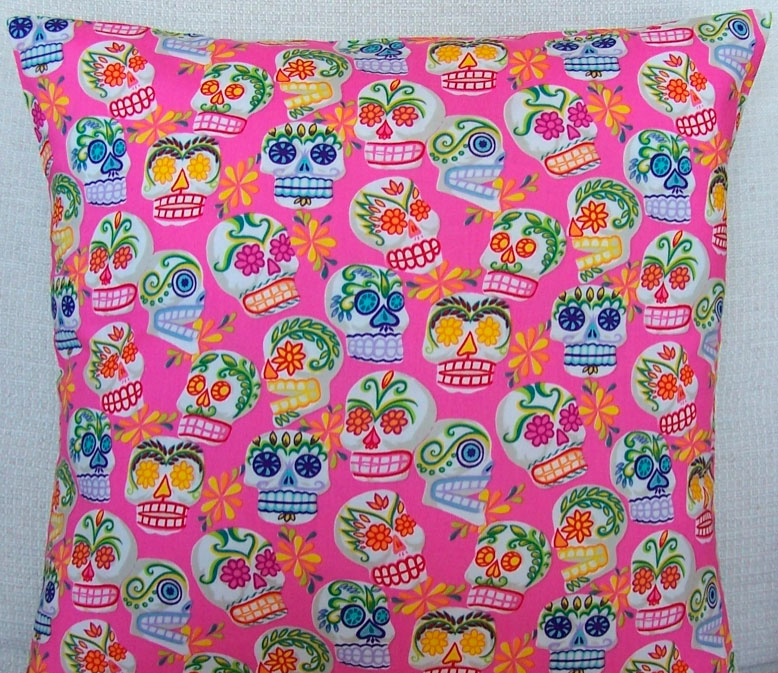 Almohada con tela calaveras rosa