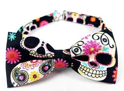 Pajarita cosida con tela paisley skulls