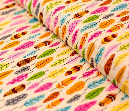 Tela con dibujos de plumas de pajaros de colores