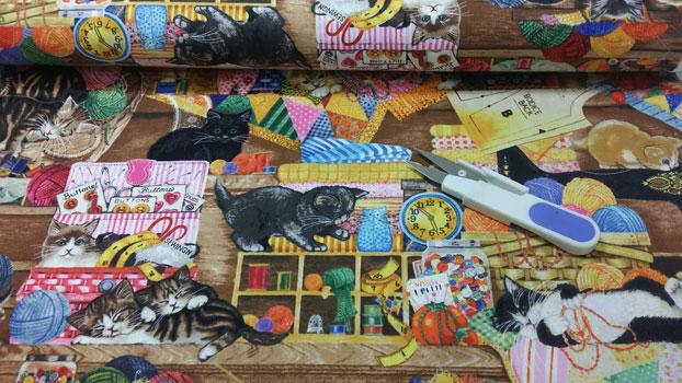 Tela gatitos jugando con costuras