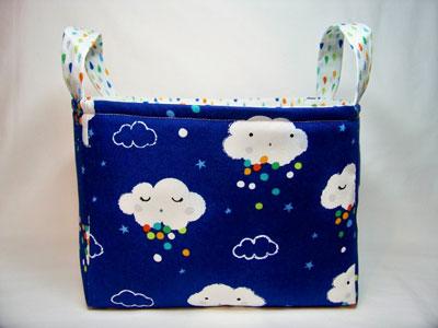 Cesto de tela con dibujos de nubes