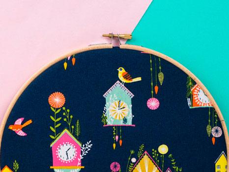 Detalle de la tela de relojes con cucos