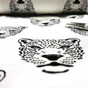 Tela de punto con dibujos de leopardos