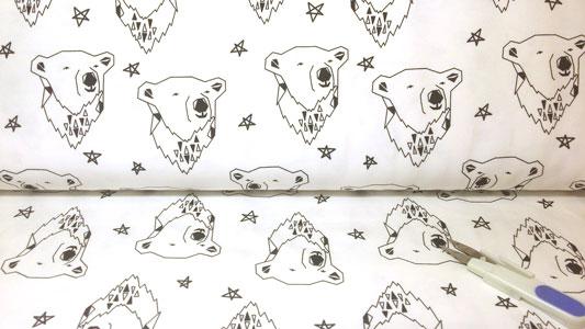 Detalle rollo de tela organica osos y estrellas