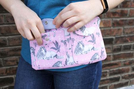 bolso riñonera con tela de unicornios