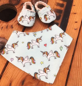 Tela unicornios babero y patucos