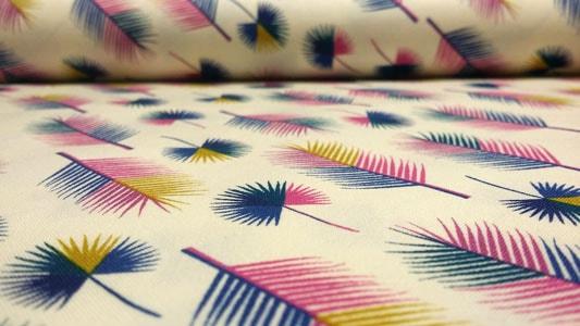 Detalle tela con dibujos de plumas