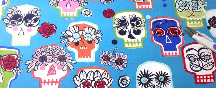 Detalle tela calaveras flores azul