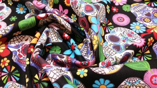 Detalle tela calaveras y flores arrugada
