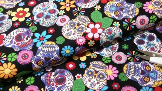 Detalle tela calaveras y flores
