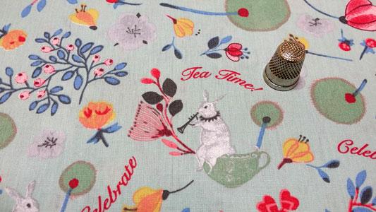Detalle tela infantil conejos y tazas