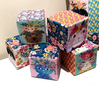 Cubos de tela con dibujos de gatos flores