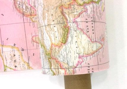 Tela de loneta mapa mundi rosa detalle tejido