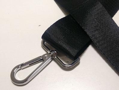 Detalle cinturon ajustable negro para bolso