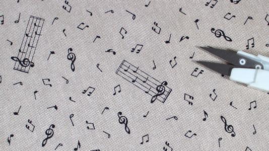 Tela con dibujos de notas musicales