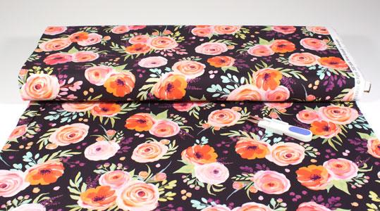 Detalla tela de flores sobre rollo
