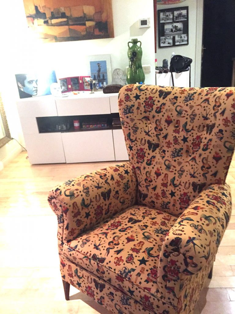 Sofá tapizado con tela de calaveras