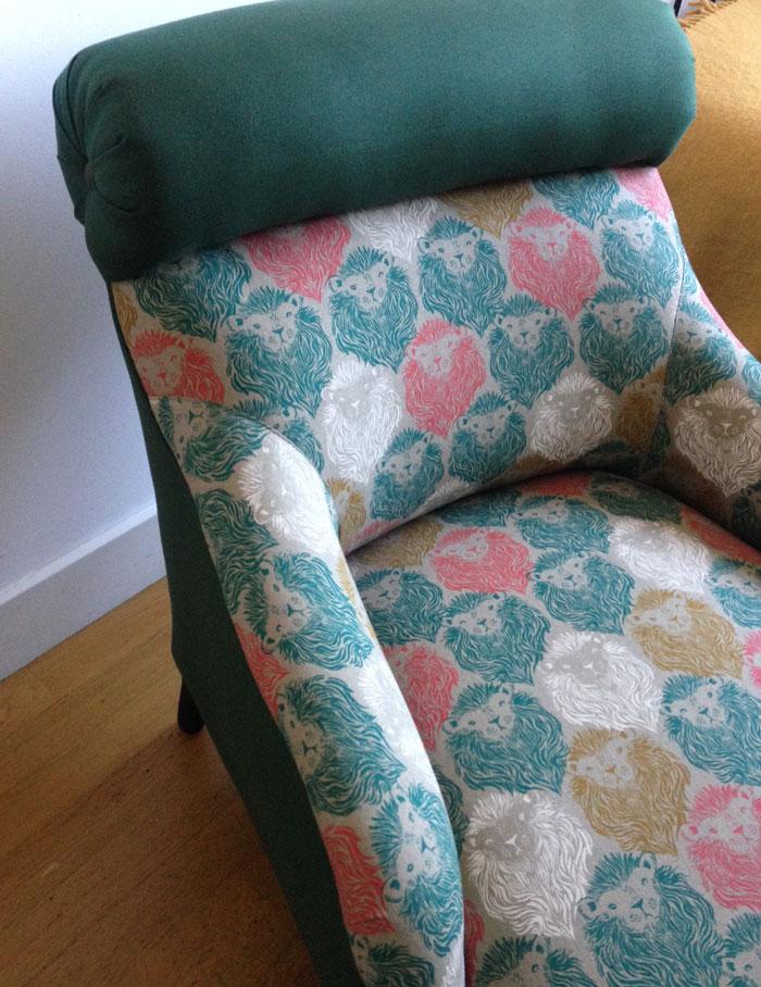 Sofa tapizado con loneta estampada