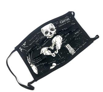 Mascarilla de tela con dibujos de esqueletos