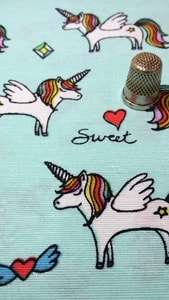 Detalle loneta unicornios