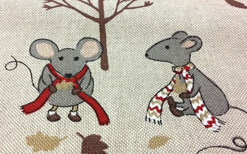 Detalle loneta estampada lino ratoncitos