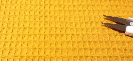 Tela waffle mostaza detalle cuadradito